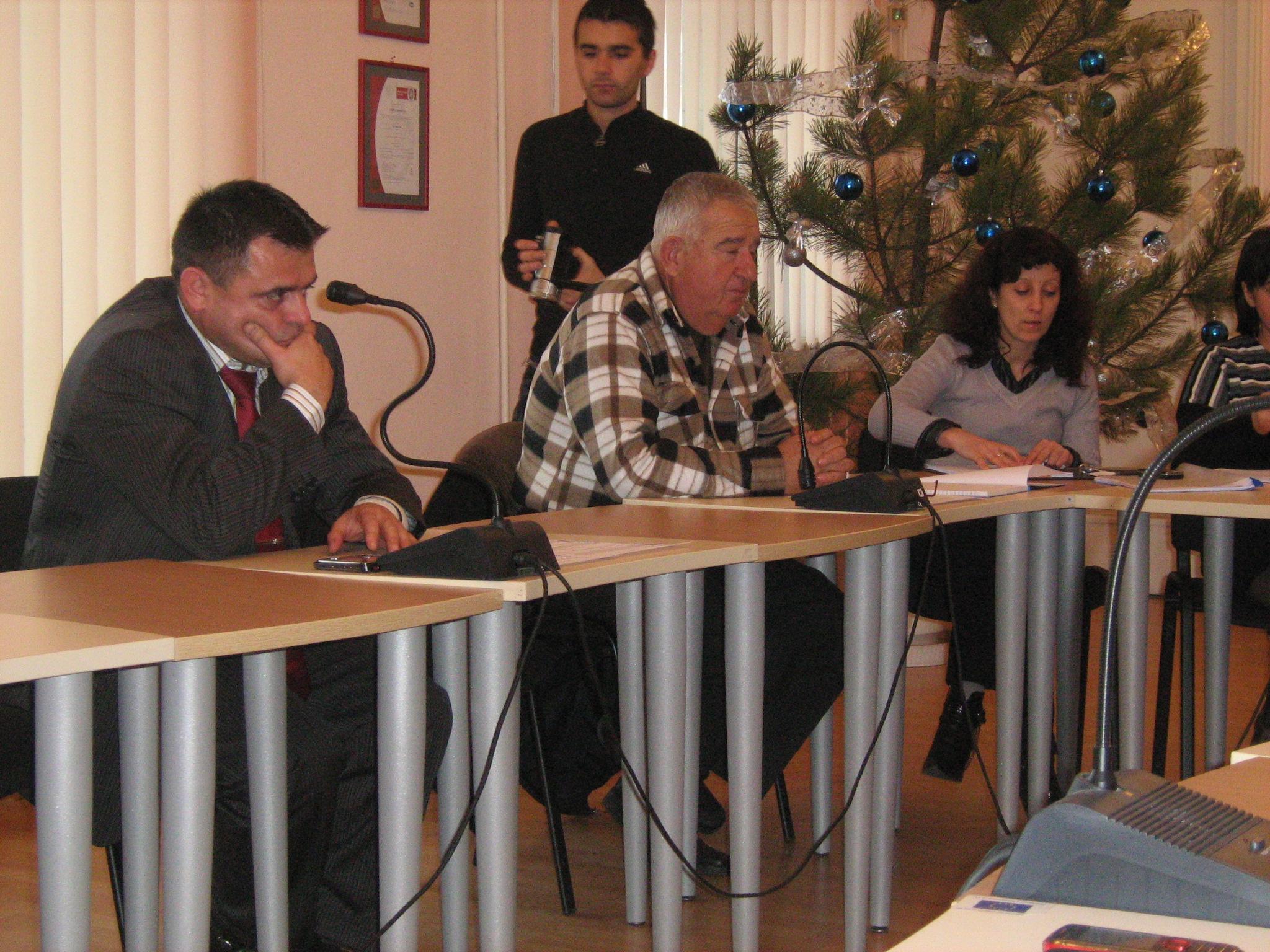 Председателят на комисията Атанас Атанасов /в средата/ по време на обсъждането