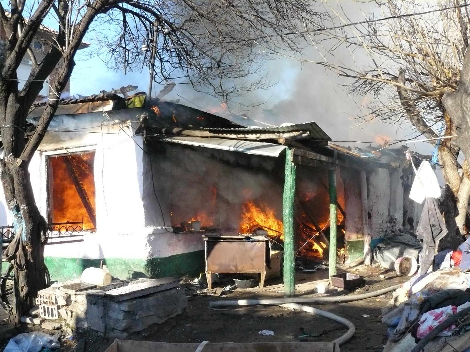 Циганска къща горя като факла