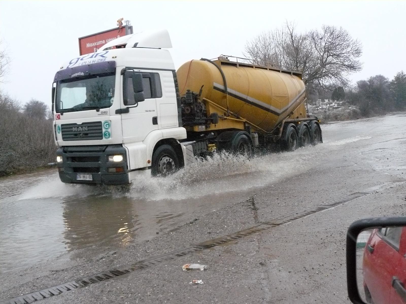Пътят към границата вече не е наводнен