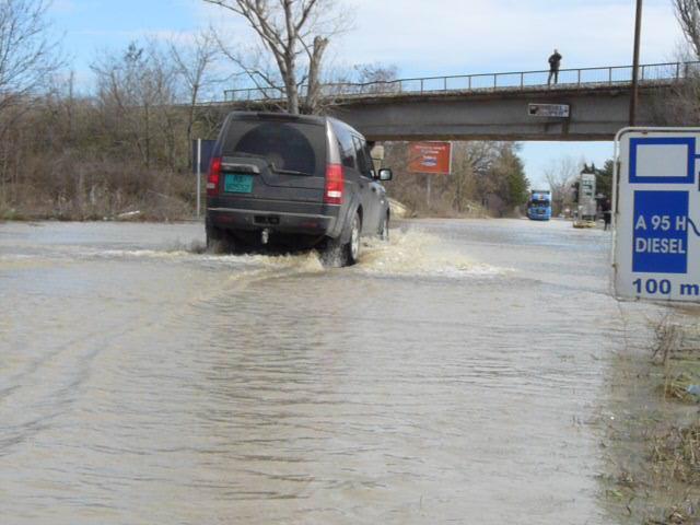 Водата за пътя към ГКПП-то стигна 50 см