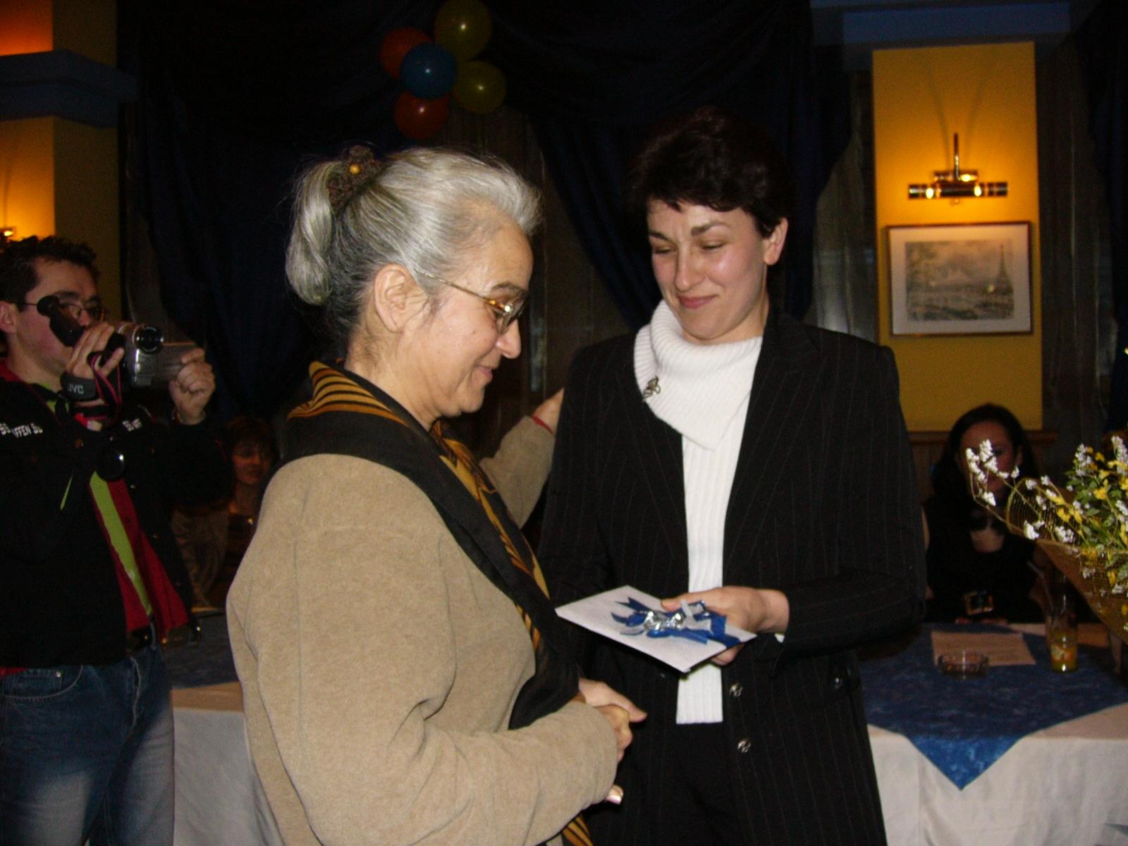 Г-жа Елена Манолова награждава една от победителките в предишно издание на конкурса       Сн.: Архив