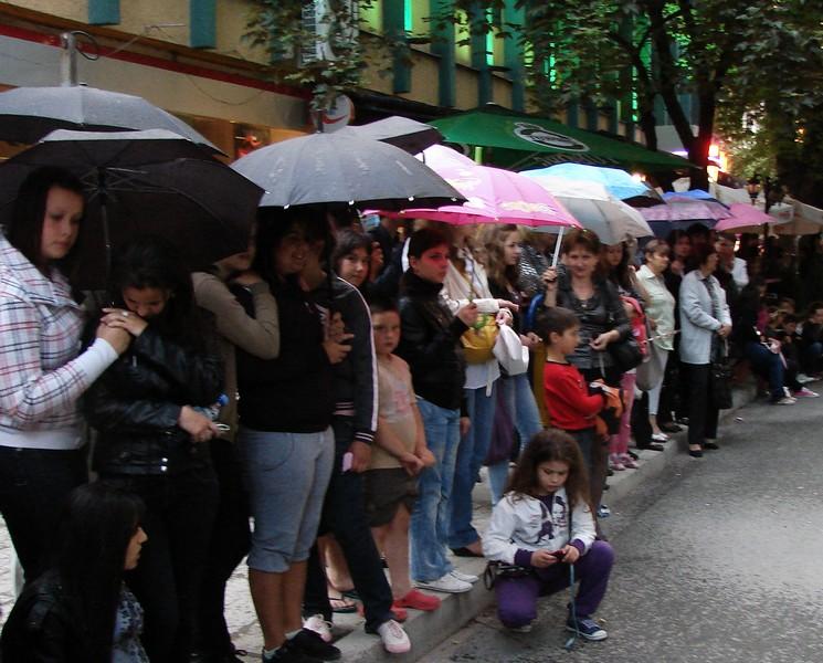 Дъждът не уплаши тълпата, дошла да зяпа абитуриентите