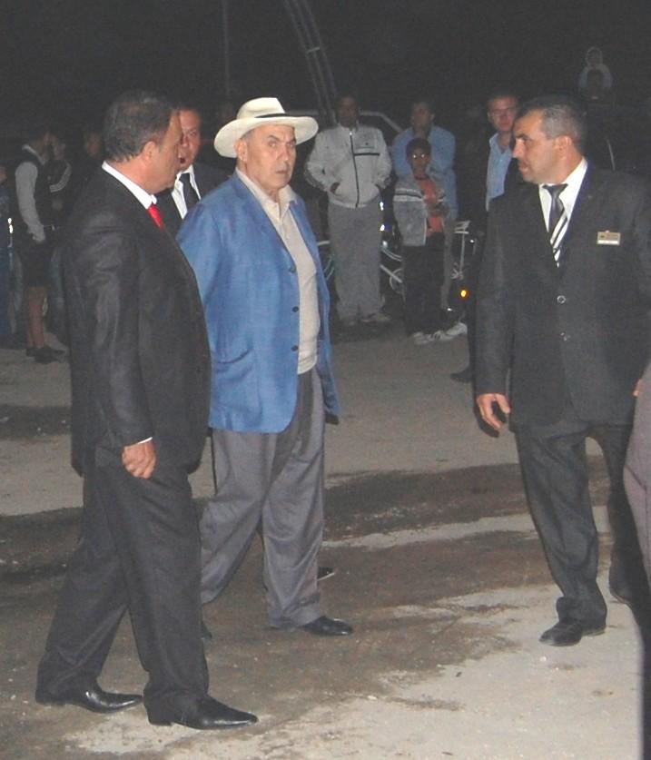 Суди Озкан и стотици гости на крака за турския Майкъл Джексън
