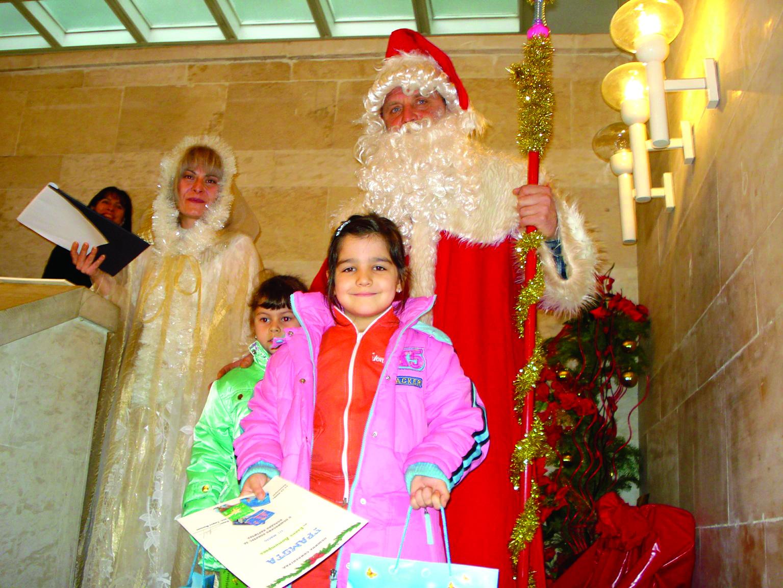Децата с нетърпение чакат идването на Дядо Коледа
