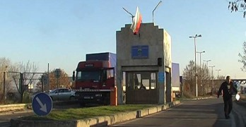 Гръцки митничари задържат български коли