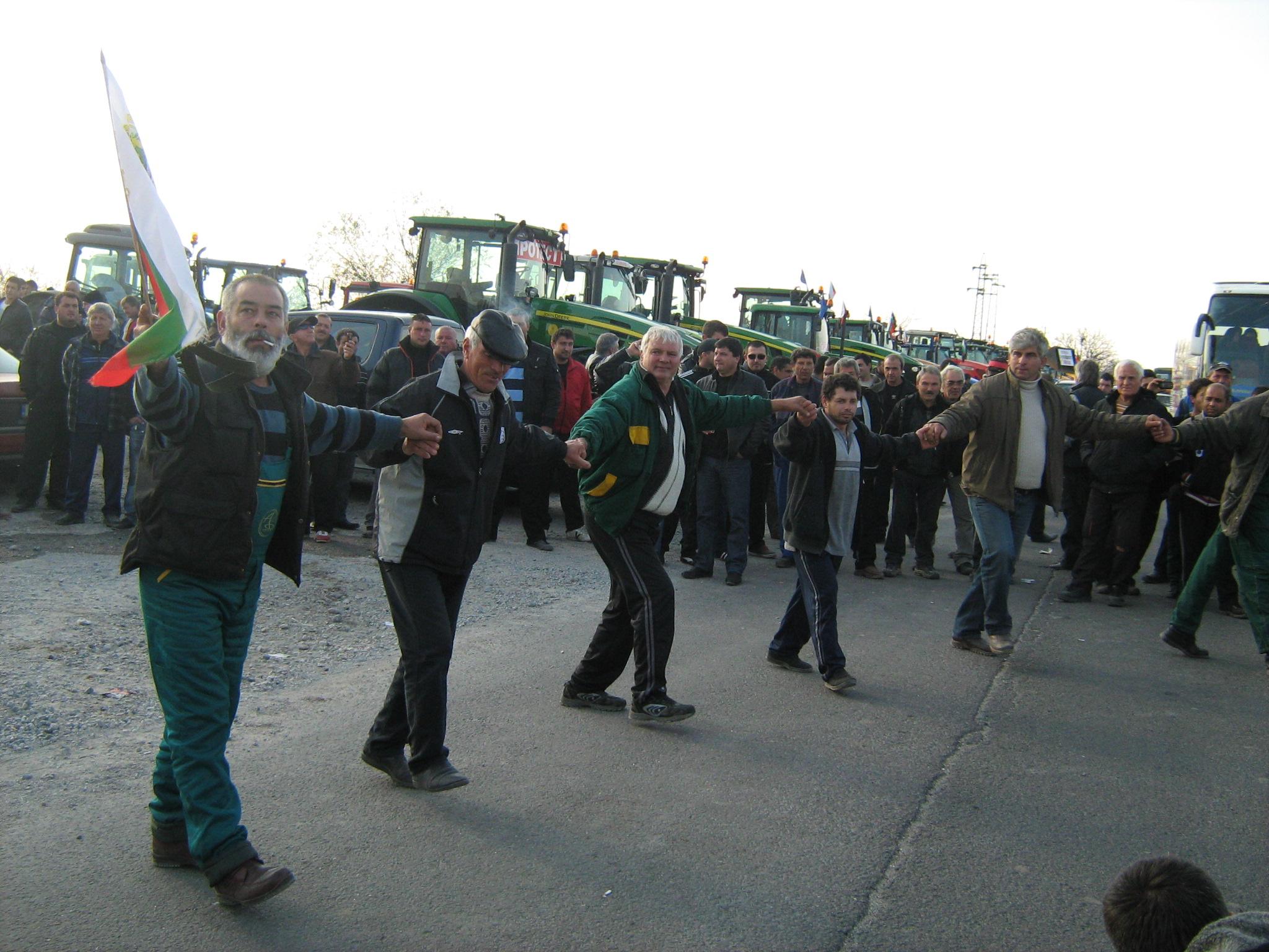 Протестиращи производители затвориха пътя към Турция с хоро