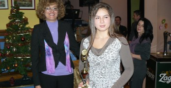 Чаровната Теодора получи наградата си от зам.-кмета Ася Райкова