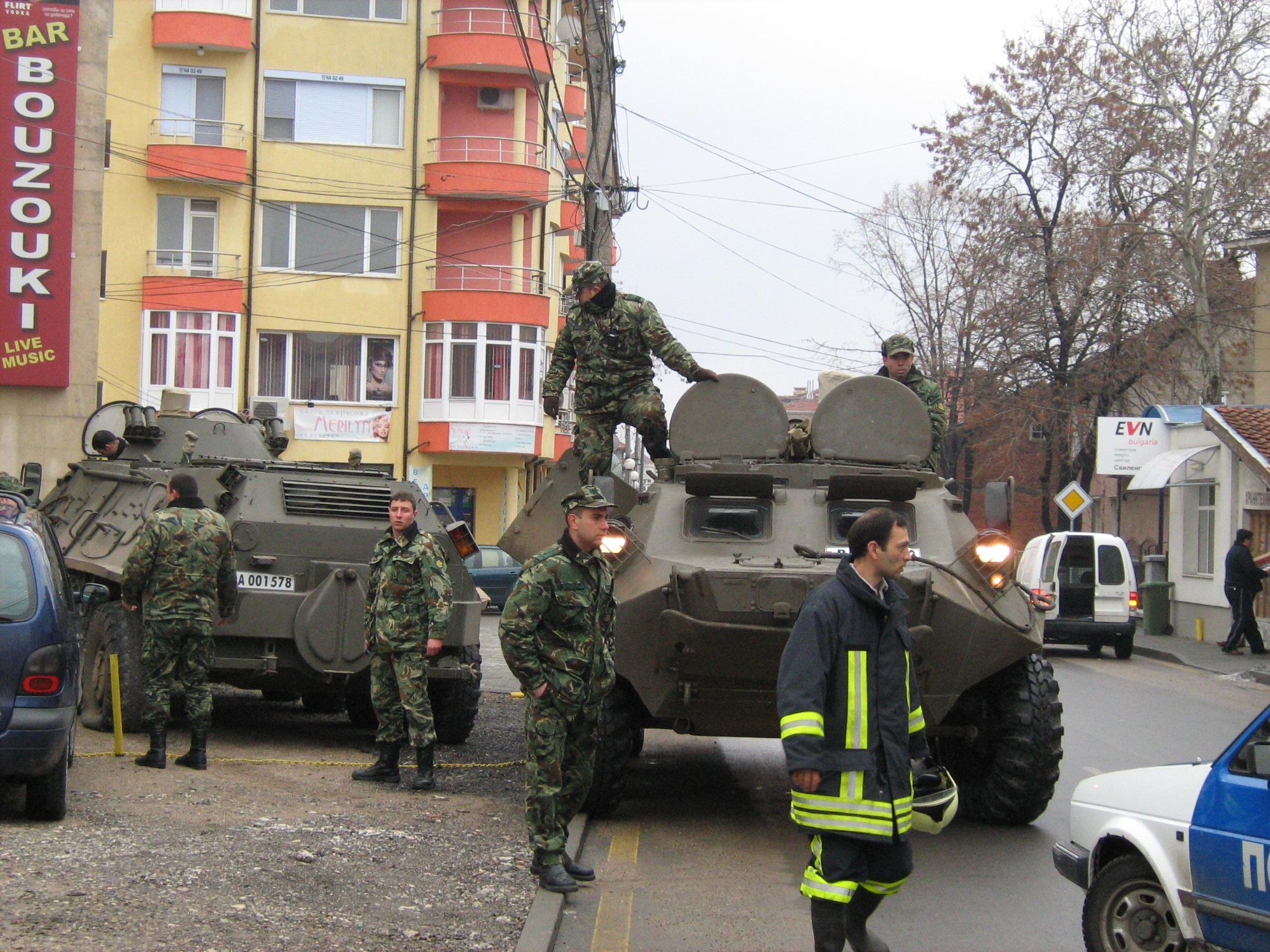 """Евакуират живущи на """"Граничар"""" и """"Крайречна"""" с БТР"""