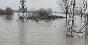 """Нивото на водата в """"Гебран"""" стигна 160 см, 30 души са евакуирани"""