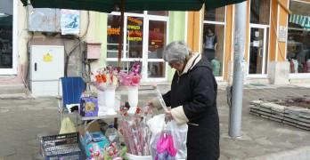 Букети от бонбони, цветя от мъниста и орхидея в кутия са хитовете за 8 март