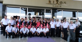 Мажоретките и музикантите от духовия оркестър пред хотела в Анталия