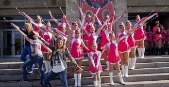 Мажоретките представят танците си за Европейското в спортната зала