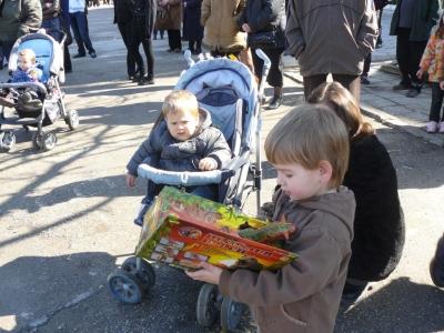 Най-доволни от празничния 3 март бяха децата - Имам си нова играчка...