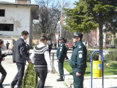 Тази година в церемонията по поднасянето на венците участие взеха и служители на Гранична полиция. Те бяха почетен караул пред монумента.