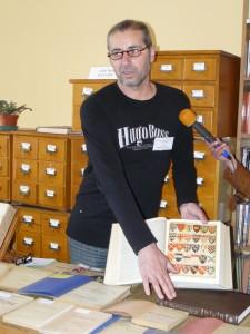 Иван Чончев показва последното издание на Енциклопедия Британика