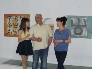 Художникът, заедно със съпругата и дъщеря си, които също се занимават с изкуство