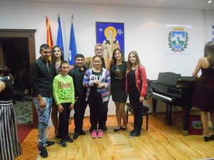 Щастливият професор Пенчев със своите ученици и лауреатът от Македония