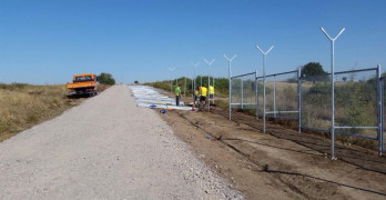 Напредва строежът на оградата по границата, 10 км от пътя – готови