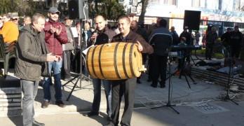 Победителят Христо Гайдаджиев с наградата - 100-литрова дъбова бъчва