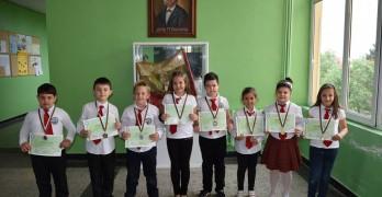 """Първокласници от СОУ """"Д-р Петър Берон"""" спечелиха 8 медала от международен турнир"""