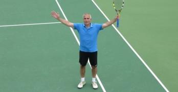 Димитър Зафиров  ликува с ракета в ръка за пореден път