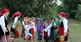"""В Щит отбелязаха Еньовден с """"Празник на билките"""", в Сива река зажънаха ритуално"""