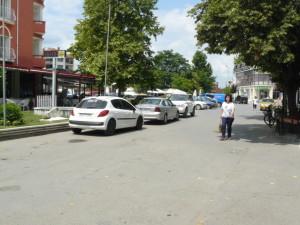 """На завоя пред хотел """"Централ""""  редовна има паркирали  автомобили"""