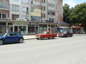 Спирката на градските автобуси срещу поликлиниката редовно се ползва за паркиране