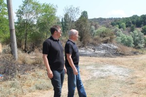 Областният  управител Станислав Дечев и заместникът му Валентин Ангелов оглеждат щетите от пожара