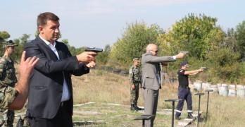 Областният Дечев и заместникът му Валентин Ангелов свериха мерници на турнир по стерлба