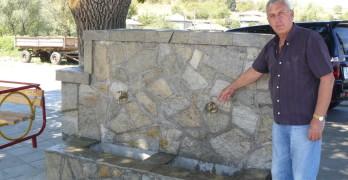 Кмет обнови чешма в центъра на селото за своя сметка