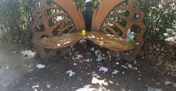 Родители и деца чистят парка в неделя