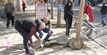 Тротоарни плочки едва не осакатиха жена, доброволци ги ремонтираха