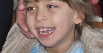 Усмивката на Ели озари коледния базар, организиран в нейна подкрепа