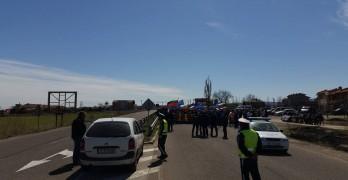 """Земеделци и """"Патриоти"""" изпълниха заканите си, отново блокираха двете граници"""
