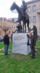 Кметът на града Георги Манолов и депутатът Никола Динков се наредиха сред първите, които си направиха снимка за спомен пред паметника