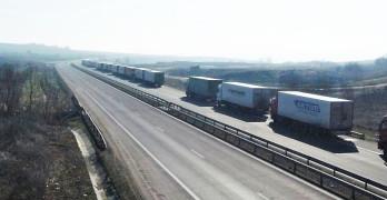 Крадат хиляди евра от камион на километричната опашка край Свиленград