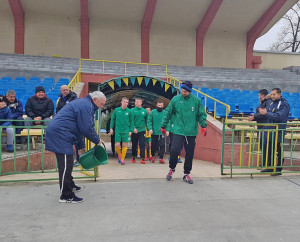 Емблемата на стадиона - Мавроди Попов, лисва традиционната кофа с вода за успешен полусезон на футболистите