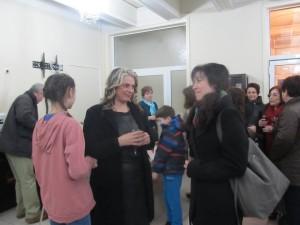Диана Стоянова/ в средата/ получава поздравленияята на художничката Ива Недева