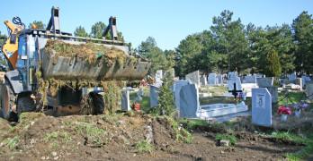 Тонове боклуци и пластмаса изкарани от гробищата