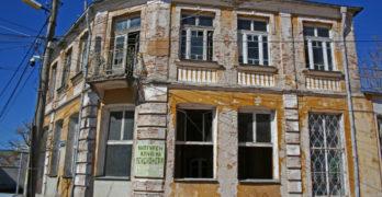 Събарят опасна сграда в центъра на Свиленград