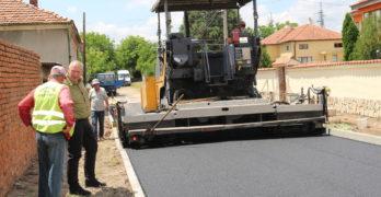 Продължава асфалтирането на улици в Любимец