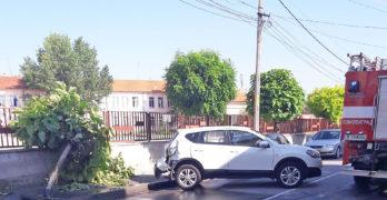 Циганин троши джип на депутатска съпруга и турски голф, бяга с мръсна газ