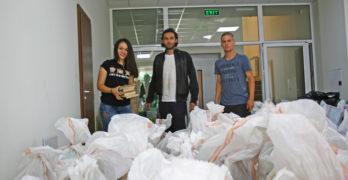 Доброволци пренасят книги в новата свиленградска библиотека