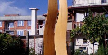 Поставят поредната дървена скулптура в града, дело на Радко Бъчваров