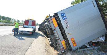 Пиян поляк обърна камион в канавка