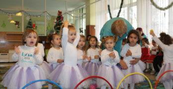 Децата от яслите в Любимец първи посрещнаха Дядо Коледа
