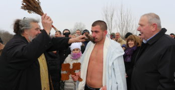 Млади момчета се пребориха за християнския символ в Любимец и Лозен