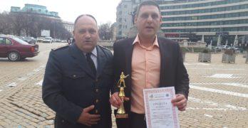 """Наградиха директора на СУ """"Д-р Петър Берон"""" за принос в осигуряването на пожарна безопасност"""