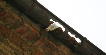 Внимание! Има опасност от падащи керемиди, тухли и подобни